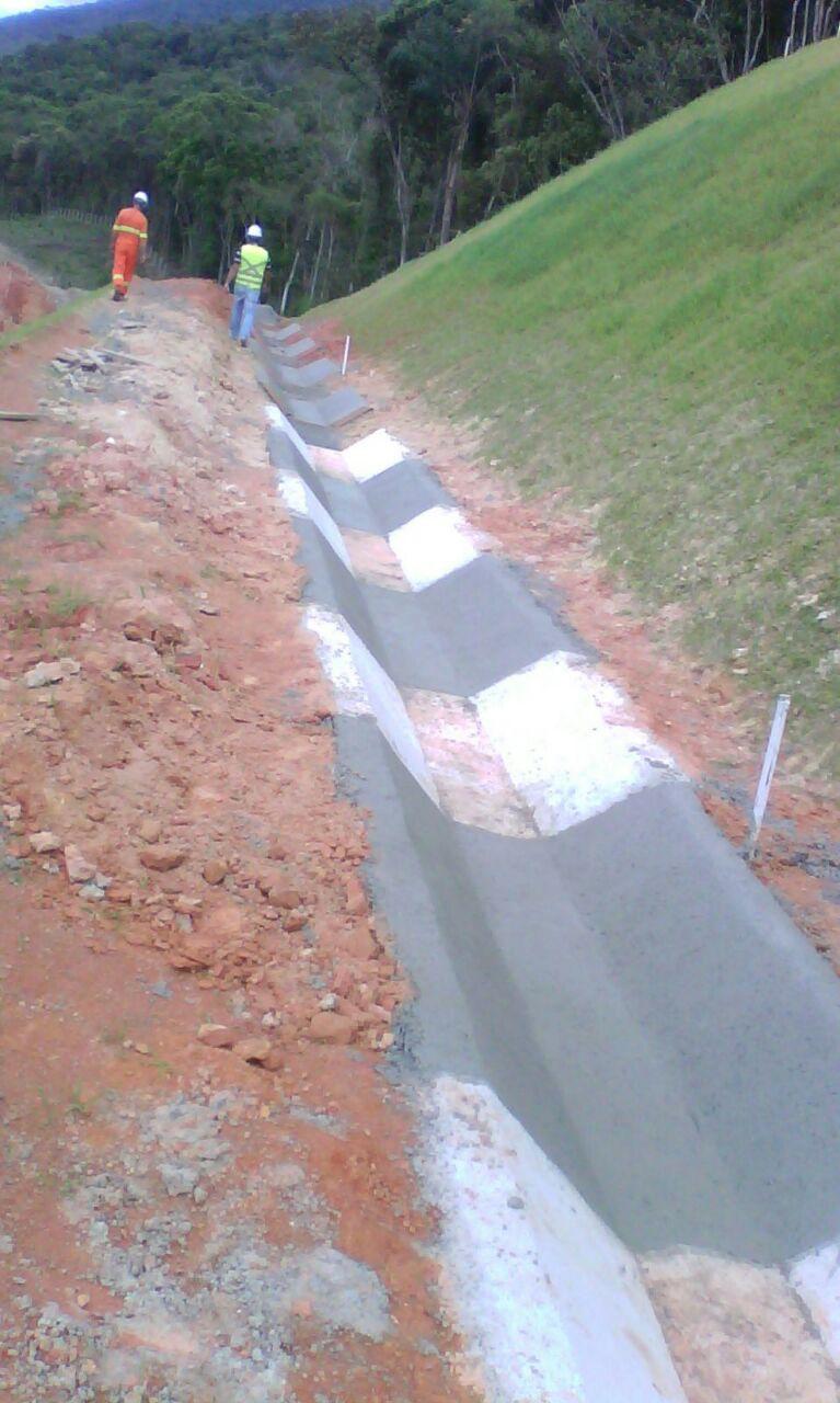 Contorno Florianópolis Km 216 - Sarjeta Triangular de Concreto