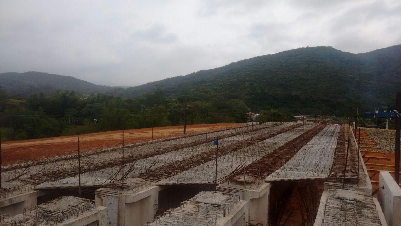 Contorno Florianópolis - PSU km 215+380 - Lançamento de Pré-lajes